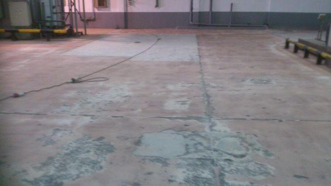 SUELO DE LOS GARAJES EN DESCOMPOSICIÓN